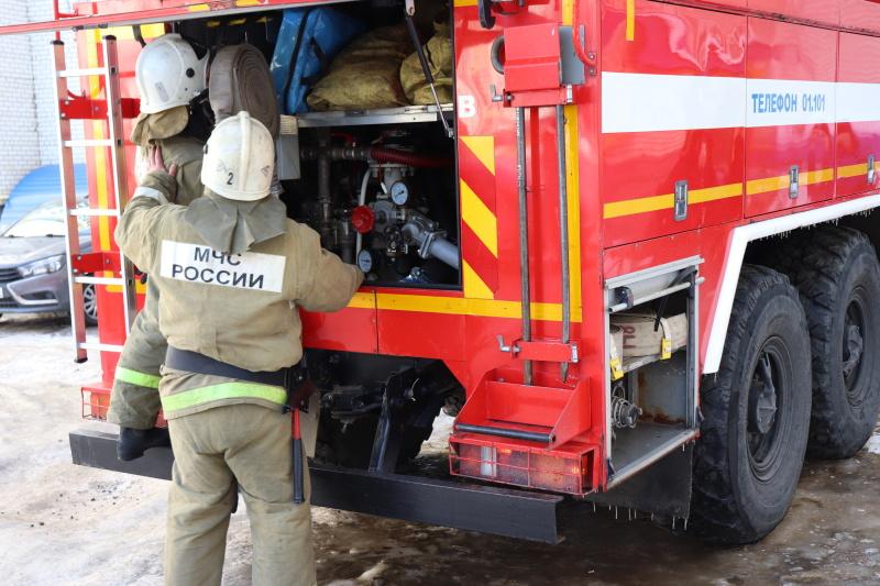 В селе Бокино под Тамбовом пожарные спасли семью из горящей квартиры