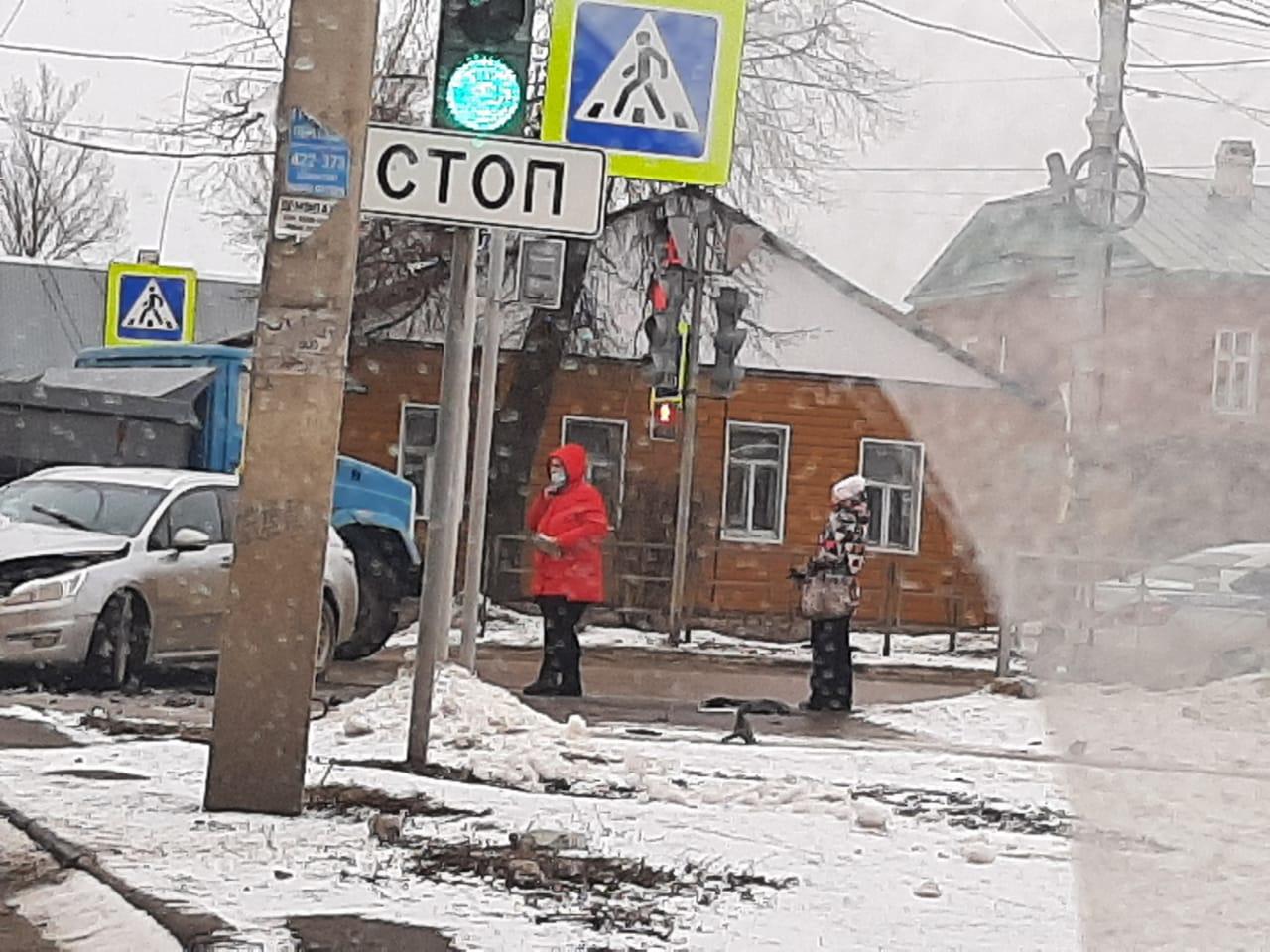 """В Тамбове столкнулись """"Газель"""" и иномарка"""