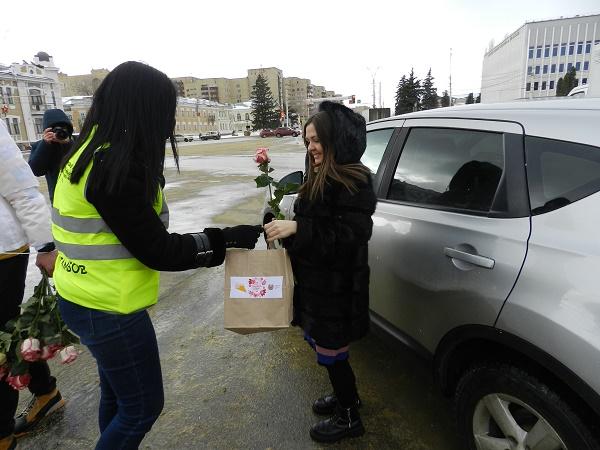 В Тамбове женщин-водителей поздравили с 8 марта