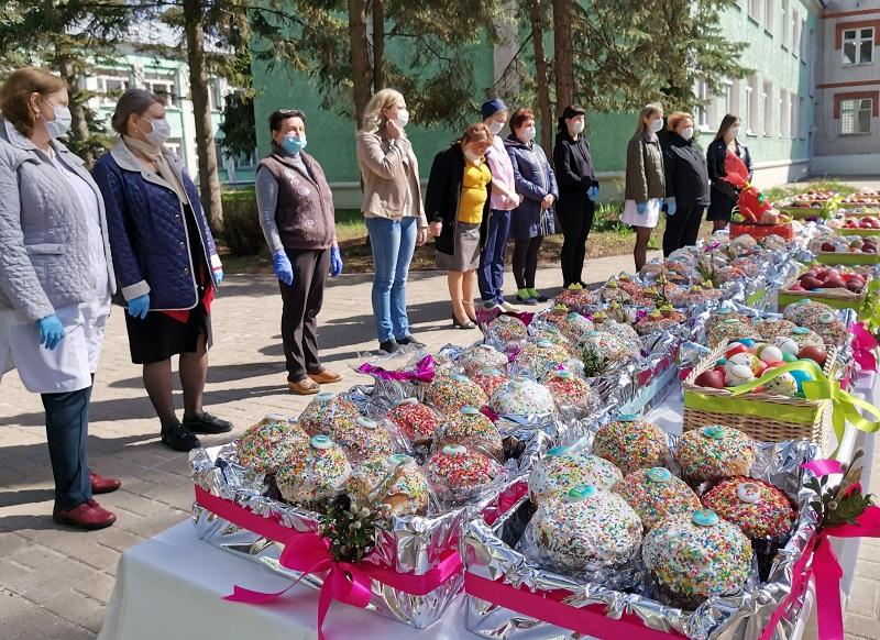 Депутаты облдумы передали пасхальные подарки Дому-интернату для ветеранов