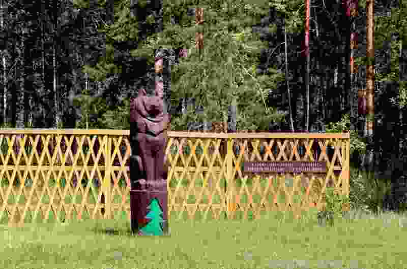 Деревянному волку в Горельском лесхозе отломили нос