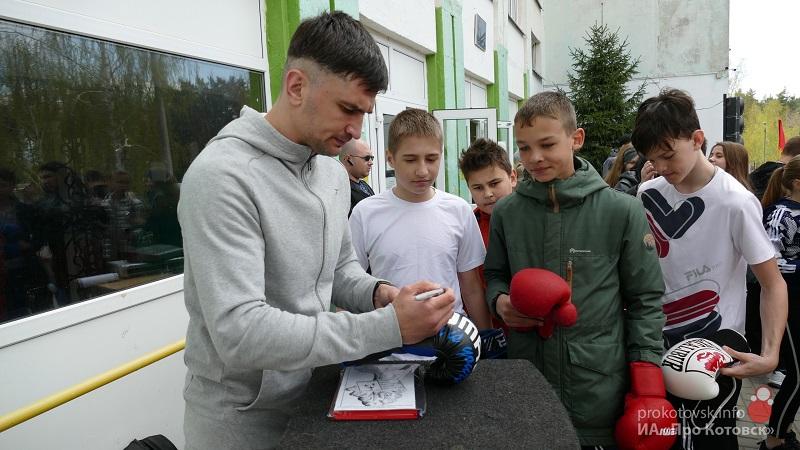 Котовск посетил чемпион России и СНГ по боксу Артур Осипов