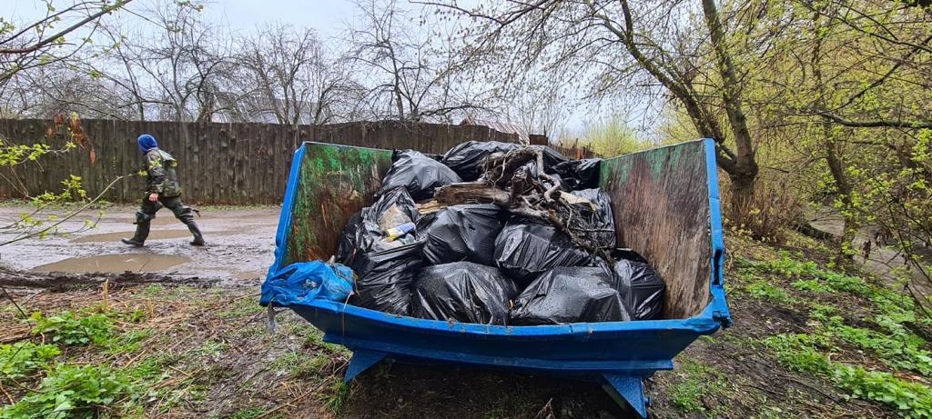 На традиционном субботнике на Студенце собрали два бункера мусора