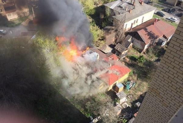 На улице Мичуринской загорелся нежилой дом