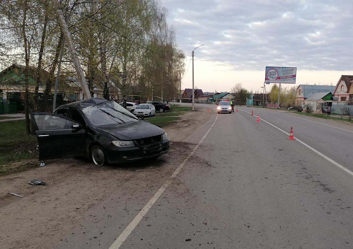 Под Тамбовом водитель легковушки погиб, врезавшись в столб