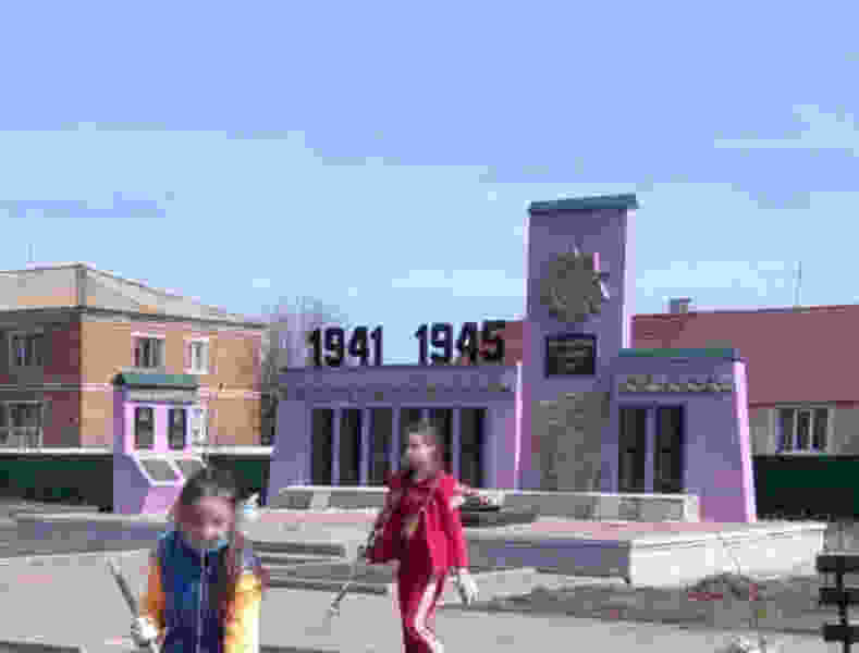 Сиренево-розовый памятник погибшим воинам в Инжавинском районе станет прежним