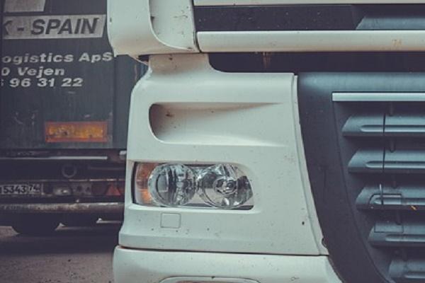 Тамбовчане попросили убрать грузовой транспорт с парковки для легковых автомобилей