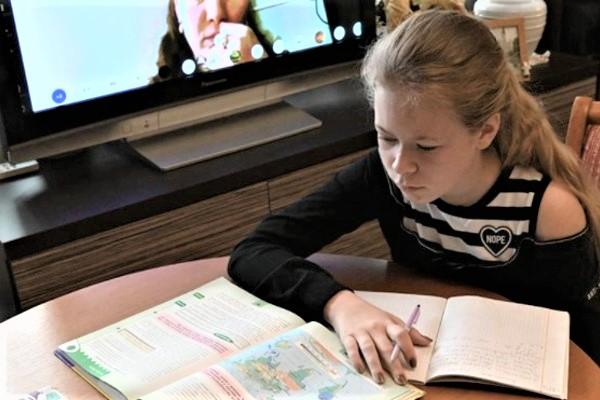 """В Госдуму внесли проект о запрете """"дистанционки"""" для школьников младшего и среднего звена"""