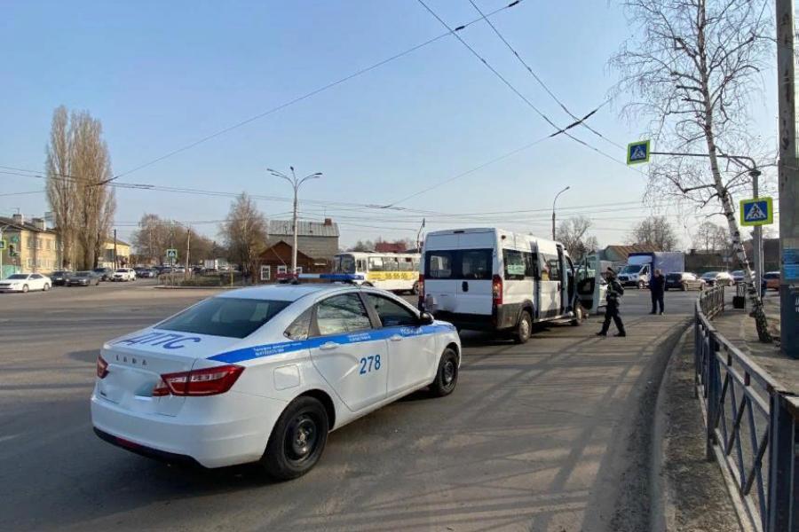В Тамбове маршрутка врезалась в иномарку: есть пострадавший