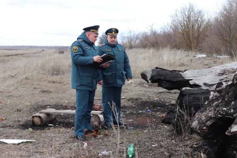 В Тамбовском районе сотрудники МЧС выявили незаконную свалку на границе с лесом
