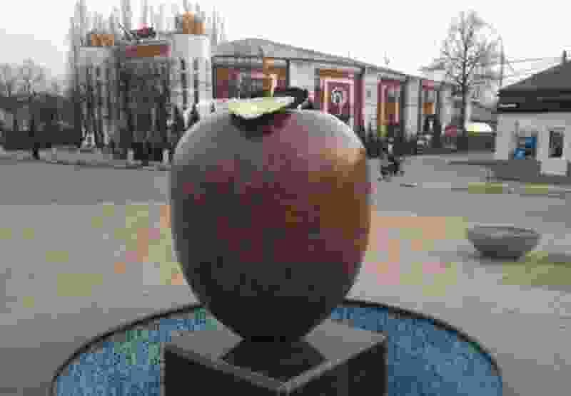 В центре Мичуринска появился фонтан в форме яблока