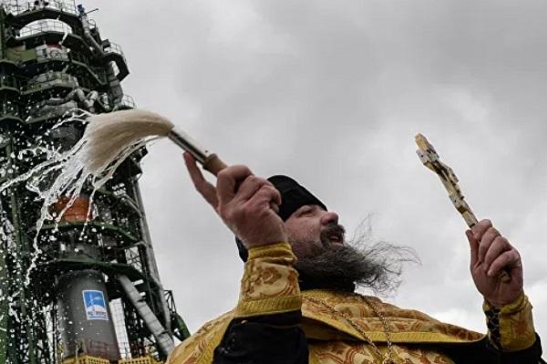 РПЦ намерена отказаться от освящения оружия