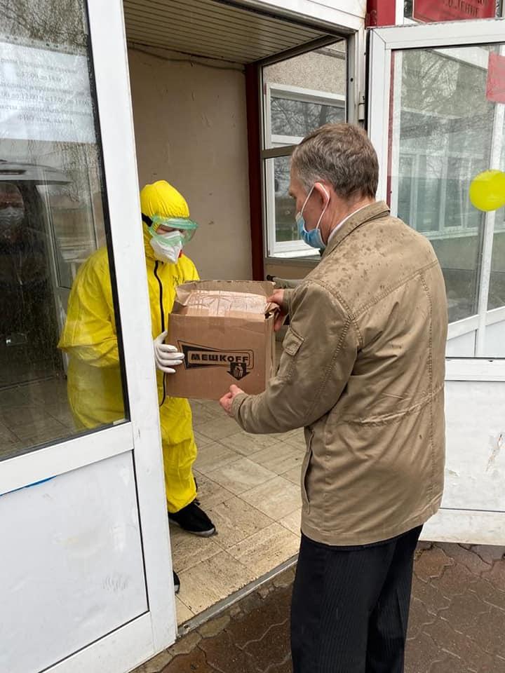 Сотрудники администрации Рассказово передали освящённые куличи детскому дому и ЦРБ