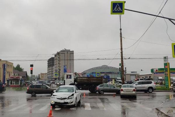 В Тамбове на перекрёстке столкнулись две иномарки