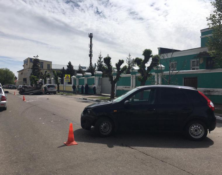 В центре Тамбов в результате тройного ДТП перевернулся автомобиль
