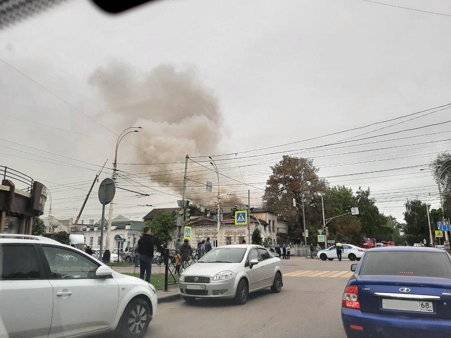 В центре Тамбова горит двухэтажный жилой дом