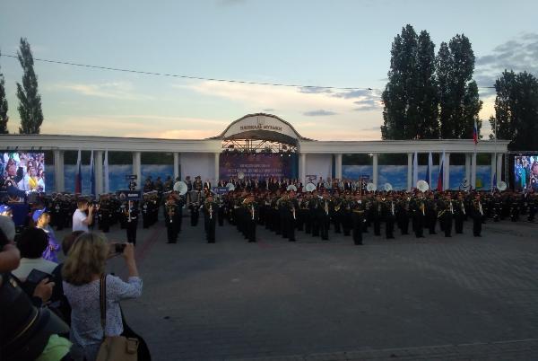 Александр Никитин и участники фестиваля духовых оркестров возложили цветы к памятнику Агапкину и Шатрову