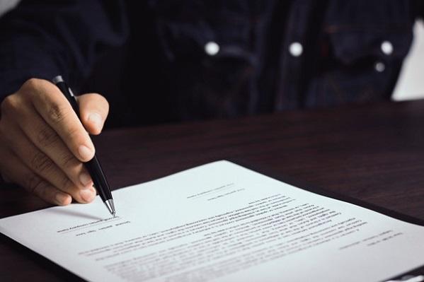 Банки хотят обязать прописывать условия договора по вкладам крупным шрифтом