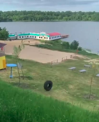 «Чуваки развлекаются»: в Тамбове ищут подростков, столкнувших шину в реку