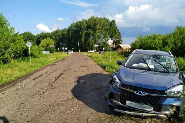 В Кирсановском районе иномарка сбила дорожный знак и перевернулась