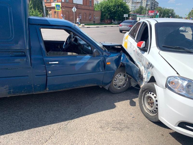В центре Тамбова в аварии с такси пострадали две пассажирки