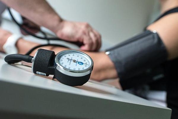 Врач советует россиянам при низком давлении обращаться к врачу