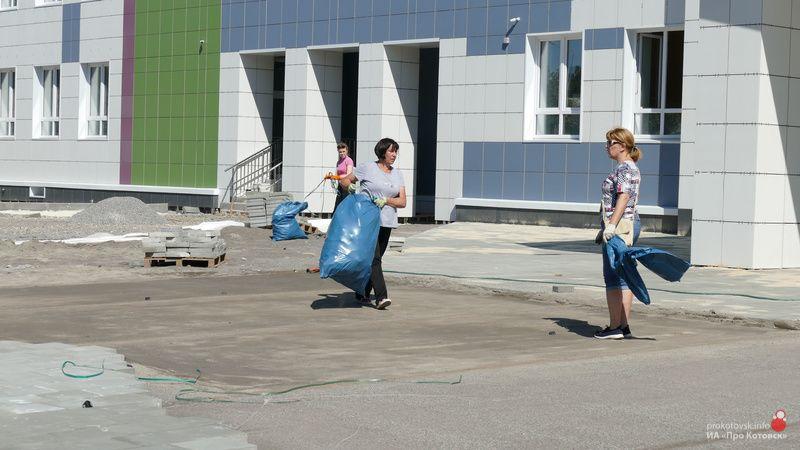 Котовчане вышли на уборку прилегающей территории экотехношколы