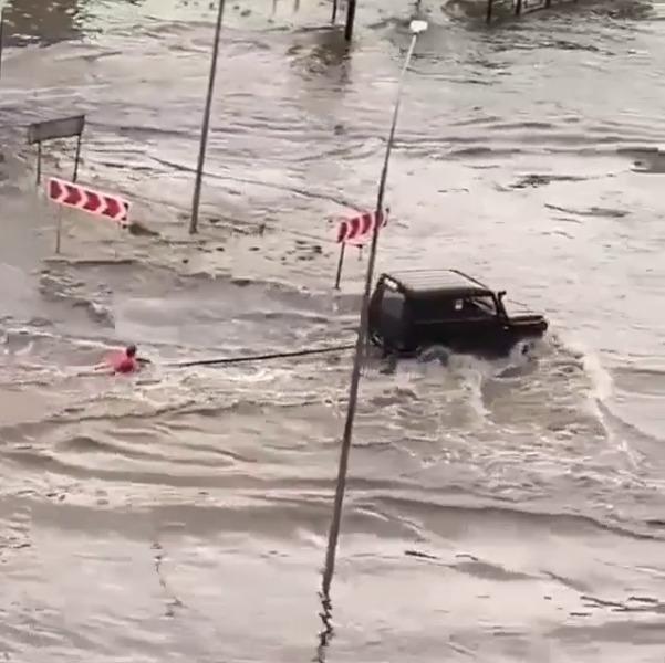 На севере Тамбова во время потопа тамбовчане устроили катание на водных лыжах