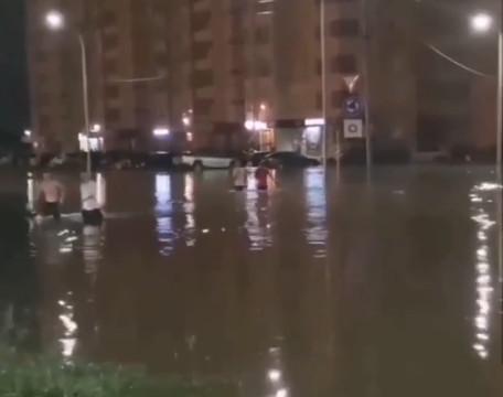 Потоп на севере Тамбова: люди переходили дорогу по пояс в воде