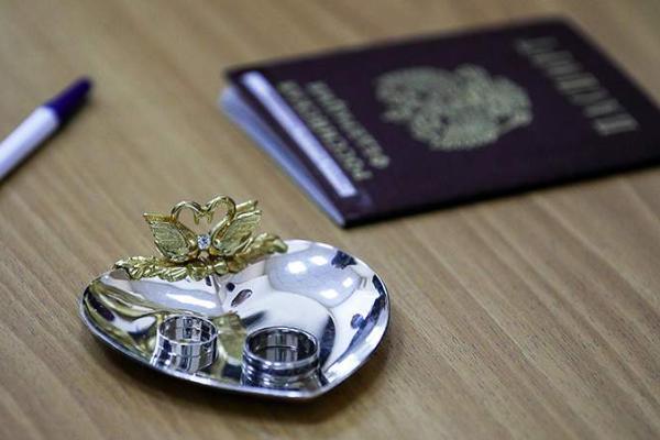 Россияне смогут ставить отметки о браках и детях в паспортах по желанию