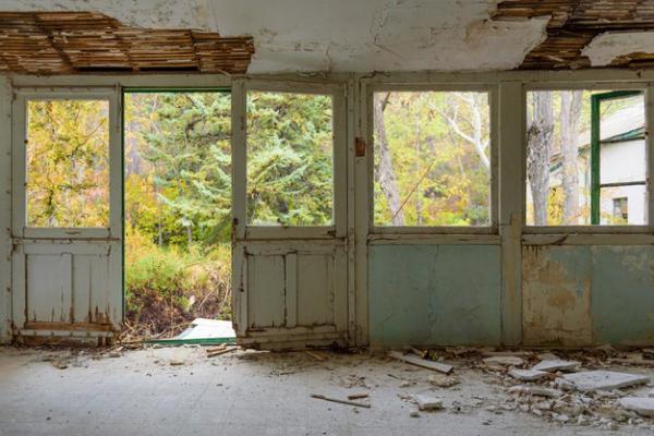 Собственник даже после штрафа не закрыл доступ в ветхое здание в Сосновке