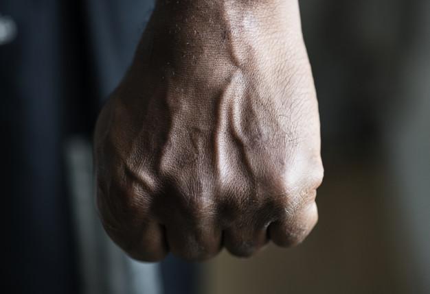 Тамбовчанин решил выбить долг у своего знакомого с помощью кулаков и угроз