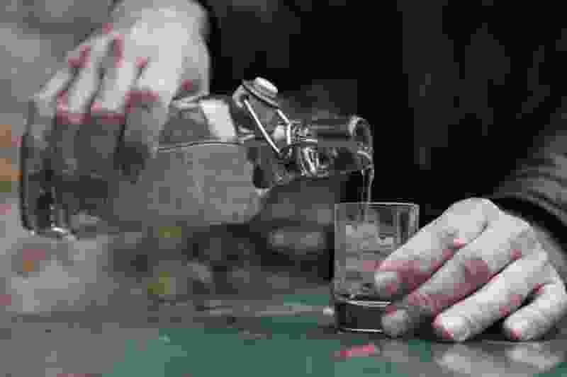 Три человека погибли после отравления метиловым спиртом в Сосновском районе