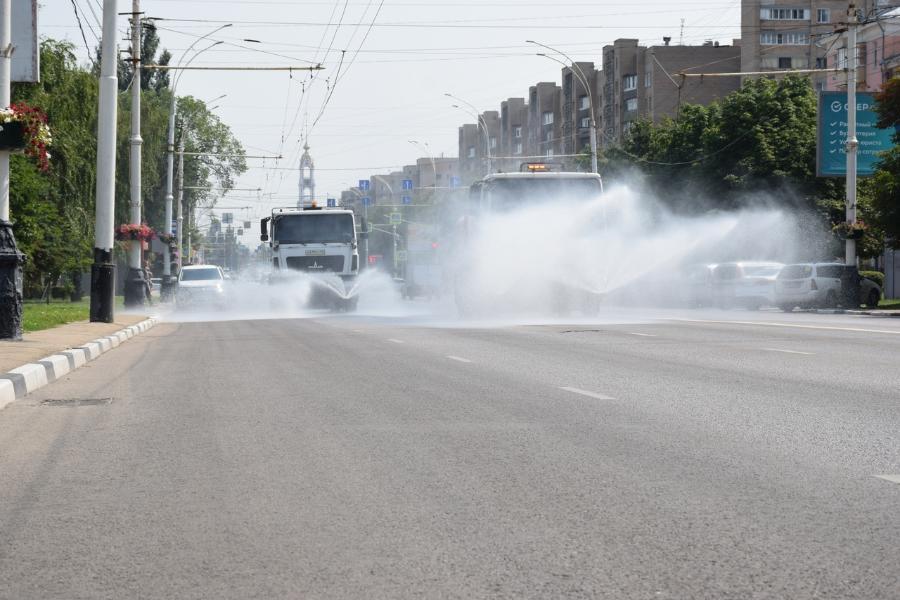 Улицы Тамбова продолжают поливать водой в жару