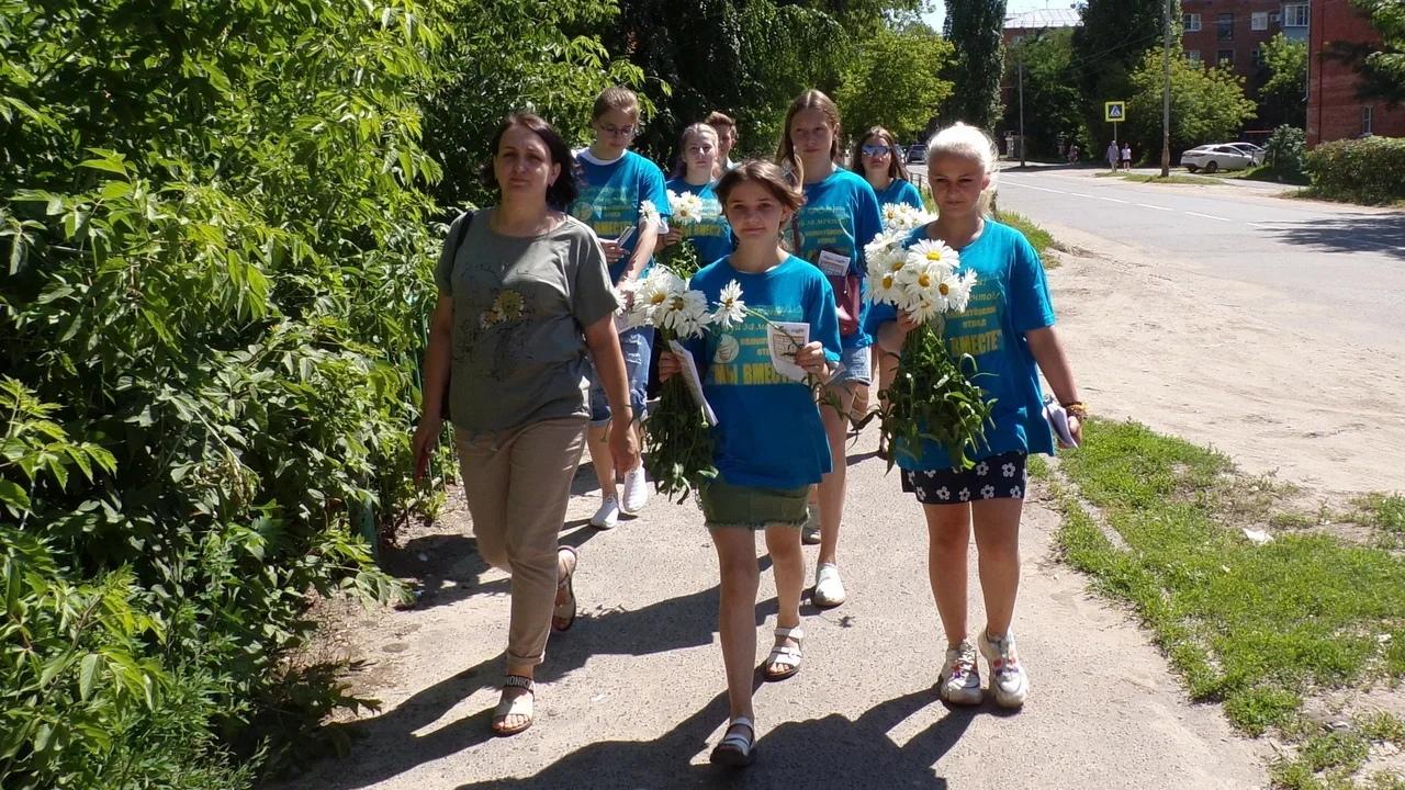 В День семьи жителям Котовка на центральных улицах города дарили ромашки