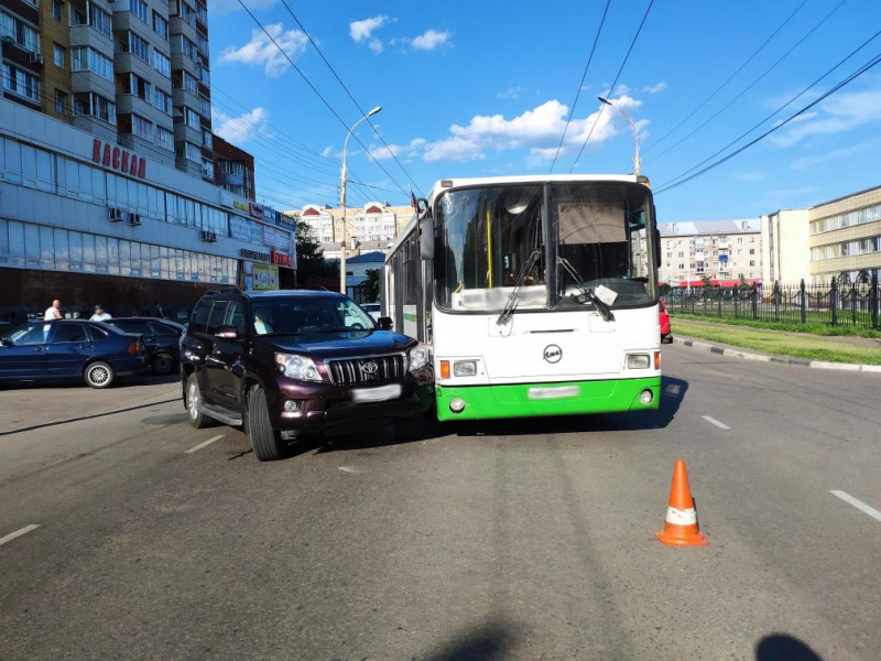 В Тамбове дорогой внедорожник столкнулся с автобусом