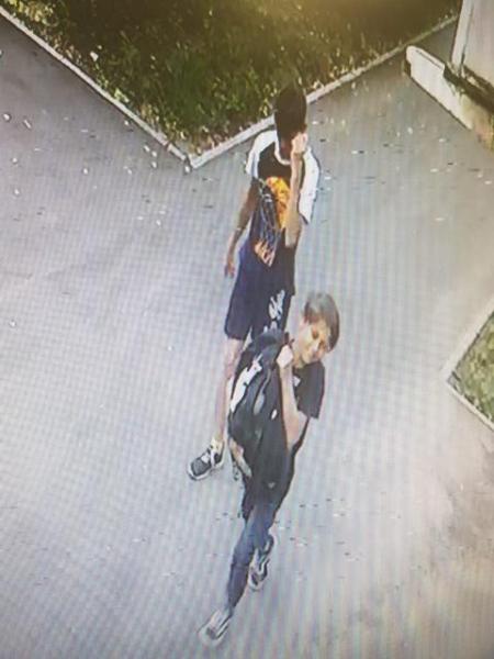 В Тамбове разыскивают молодых людей, укравших рюкзак у кафе «Парус»