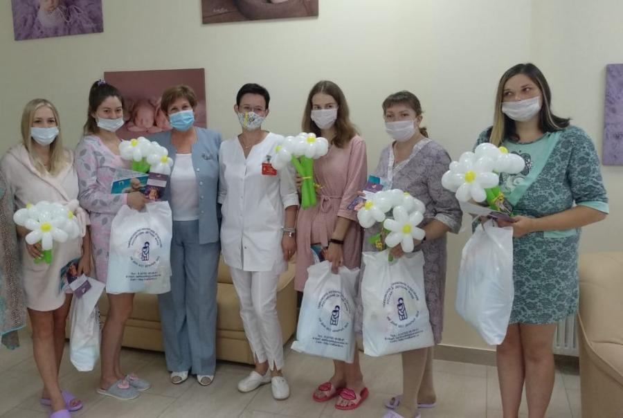 В Тамбове сотрудники детского фонда приехали с подарками в Перинатальный центр