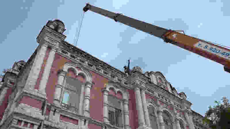 Рабочие приступили к капитальному ремонту кровли дома купца Венедиктова