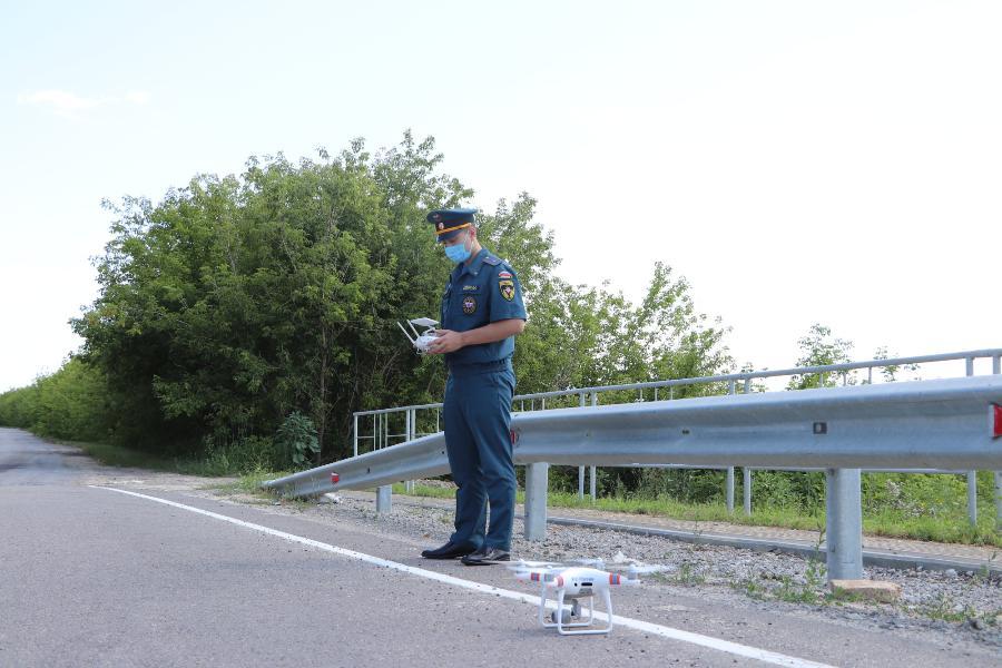 Сотрудники МЧС следят за дачниками с помощью беспилотников