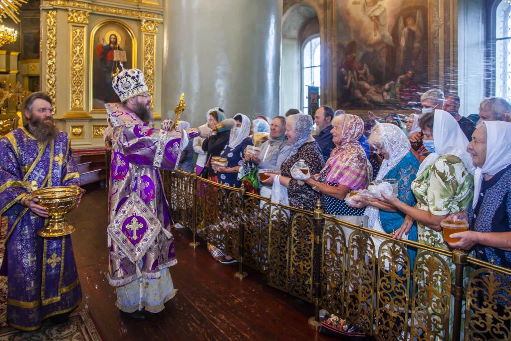В Спасо-Преображенском кафедральном соборе Тамбова освятили новый сбор мёда