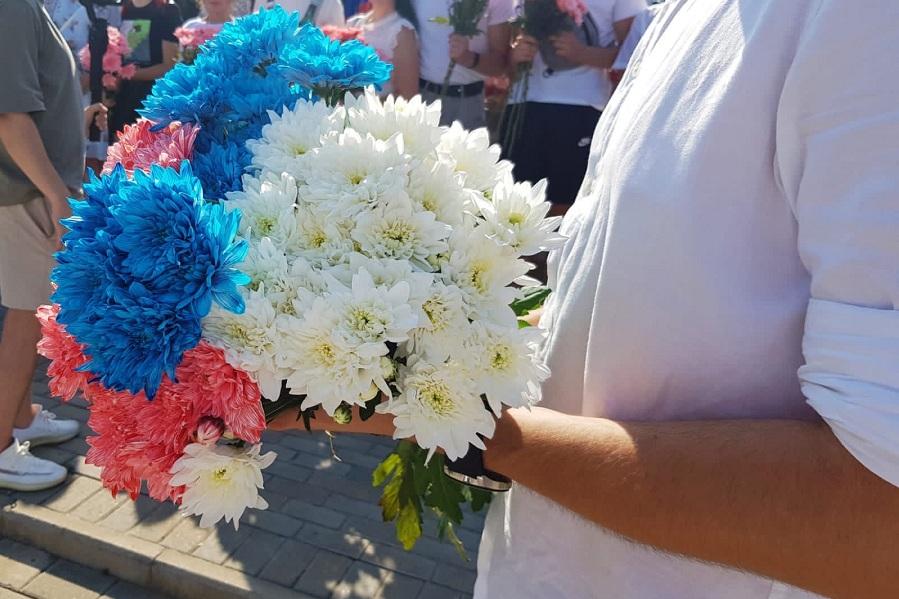В Тамбове раздавали хризантемы в цвете триколора ко Дню флага