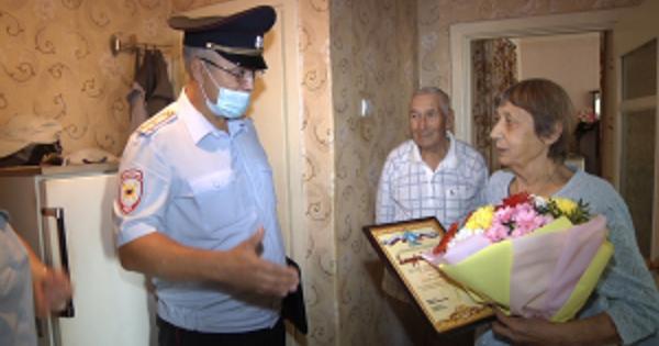 ВТамбовской области полковник полиции Сергей Овчинников поблагодарил пенсионерку Зинаиду Герман запомощь взадержании ростовской мошенницы
