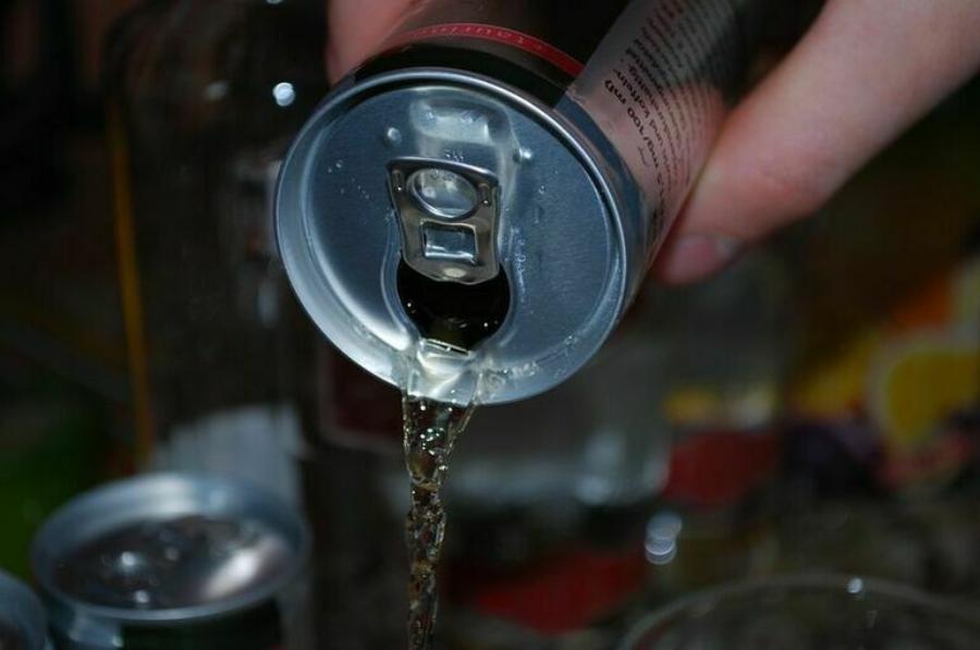 Диетолог назвала категорию людей, которым опасно пить энергетики