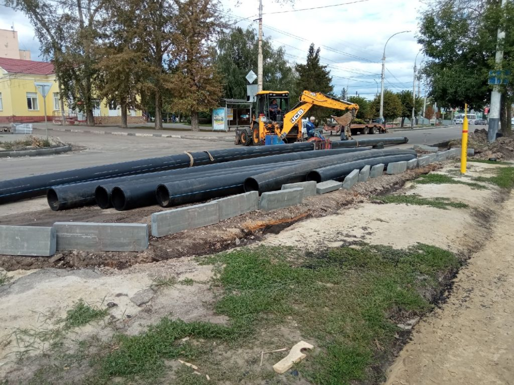 На главной автомагистрали западной части Тамбова вторые сутки бьёт фонтан из канализации