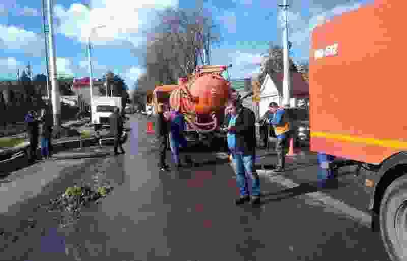 На улице Гастелло после коммунальной аварии восстановили движение транспорта