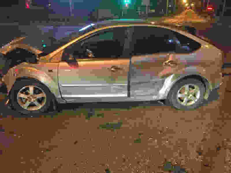 На западе Тамбова «Приора» врезалась в рекламный столб после столкновения с другим автомобилем