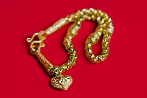 Полицейские вернули тамбовчанке похищенный золотой браслет