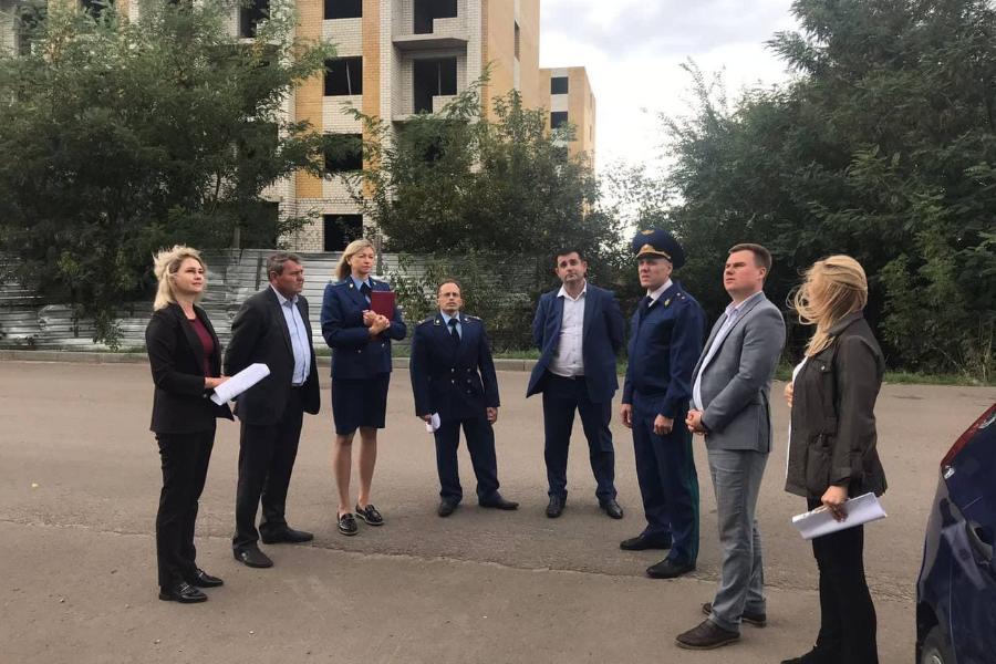 Прокурор Тамбовской области провел совещание на стройплощадке недостроенного дома