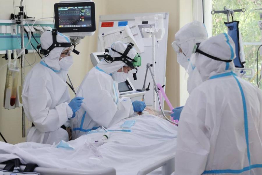 Пять дней подряд в России регистрируют свыше 800 смертей из-за коронавируса в сутки